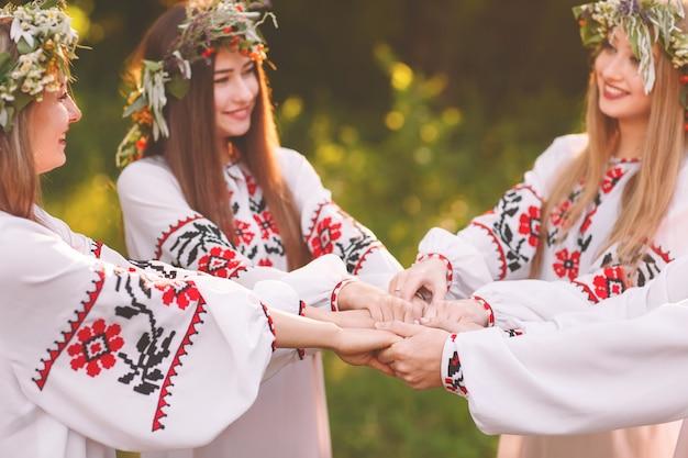 Połowa lata. grupa młodych ludzi o słowiańskim wyglądzie podczas uroczystości przesilenia letniego.