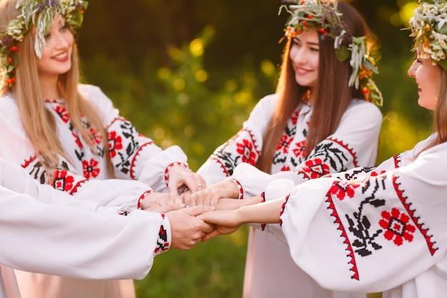 Połowa lata. grupa młodych ludzi pochodzenia słowiańskiego na obchodach święta midsommar.