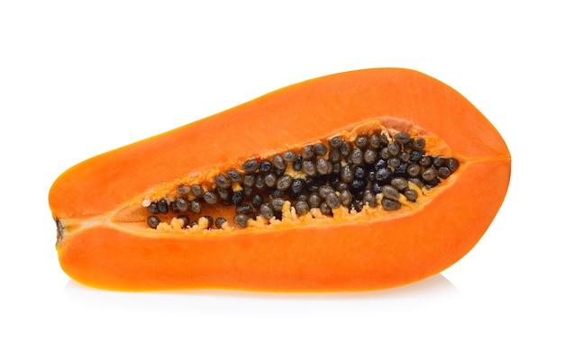 Połowa papai na białym tle