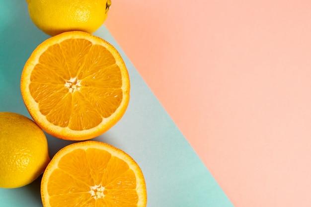 Połowa pomarańczy i cytryn na niebieskiej części stołu