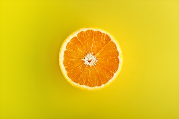 Połowa pomarańczy na żółto