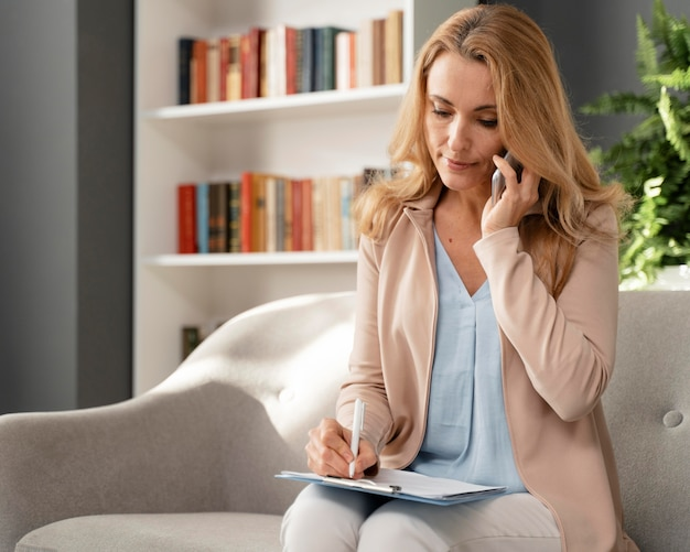 Połowa strzału doradca kobieta rozmawia przez telefon