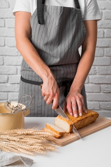 Połowa strzału kobieta krojenia chleba bananowego