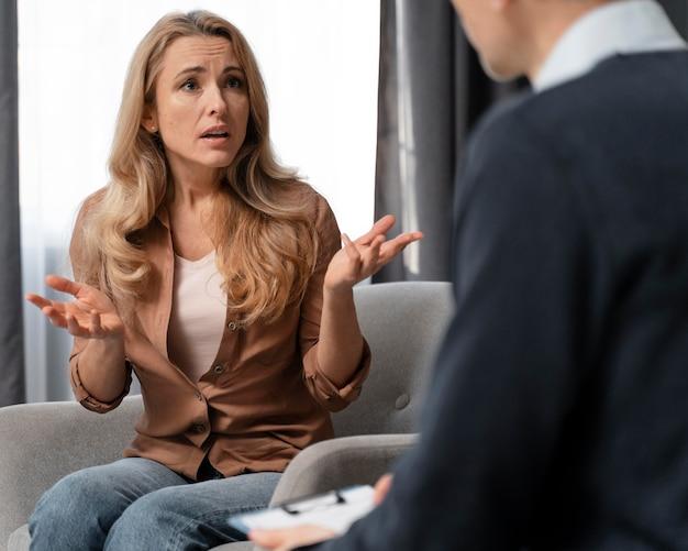 Połowa strzału kobieta rozmawia z doradcą