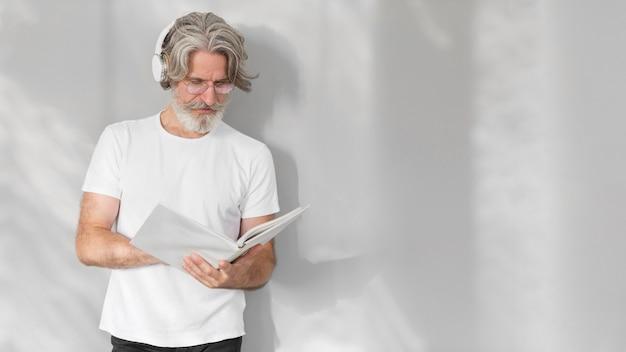 Połowa strzału mężczyzna trzyma notebook z kopiowaniem miejsca