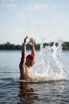 Połowa strzału młodych samców w jeziorze