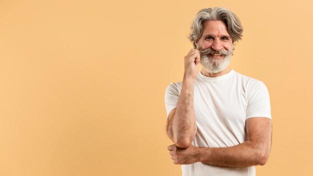 Połowa strzału szczęśliwy starszy mężczyzna z kopiowaniem przestrzeni