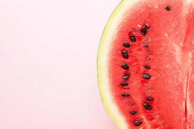 Połowa świeżego arbuza na różowo. letni owoc