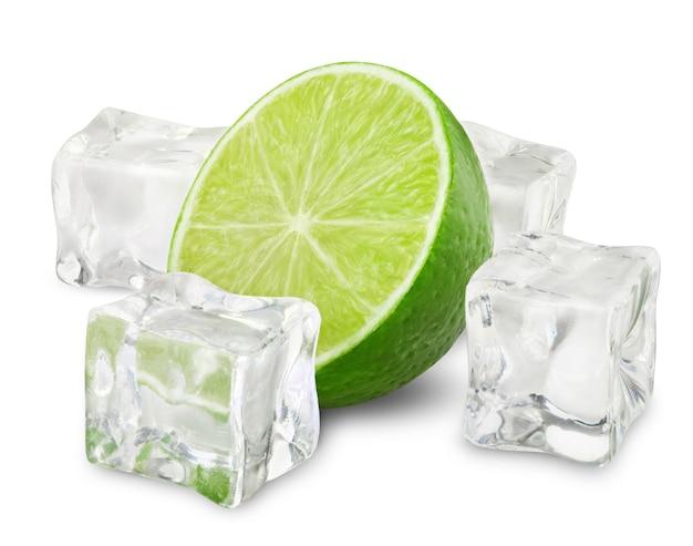 Połowa świeżego wapna z kostkami lodu na białym tle