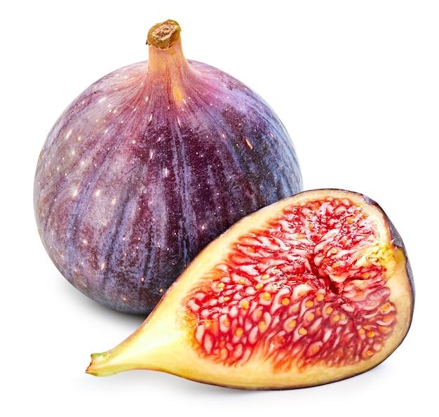 Połowa świeżej figi na białym tle. dojrzałe owoce figowe clipping path
