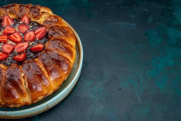 Połowa widoku z góry ciasto truskawkowe z dżemem i świeżymi czerwonymi truskawkami