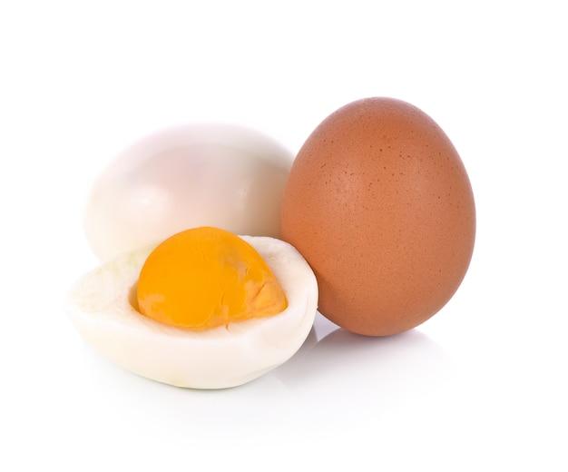 Połówka gotowany jajko odizolowywający na białym tle