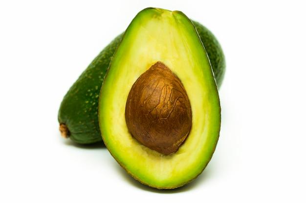 Połówka odizolowywająca na bielu świeży avocado