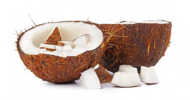 Połówki orzecha kokosowego na białym tle