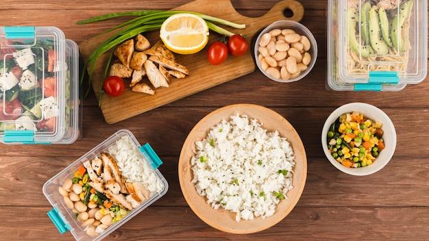 Połóż na płasko jedzenie i ryż