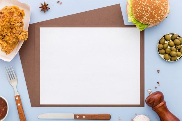 Połóż na płasko pusty papier z menu z burgerem i smażonym kurczakiem