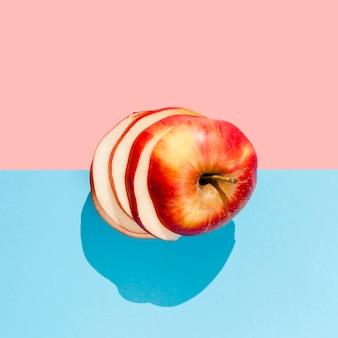 Połóż na płasko smaczne czerwone jabłko