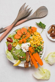 Połóż na płasko warzywa i orzechy włoskie