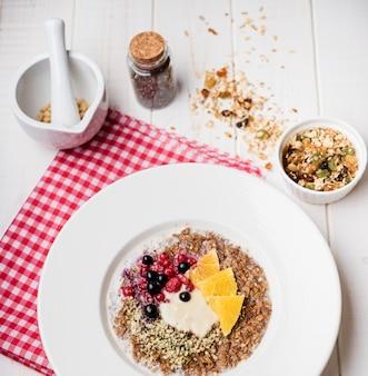Połóż na płasko zdrowe pożywne śniadanie
