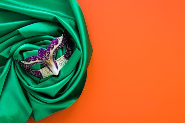 Połóż płasko maskę na zielonym materiale z miejsca na kopię