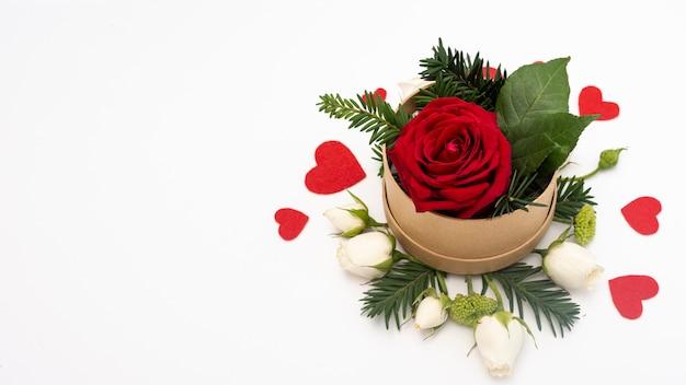 Połóż płasko miskę z różą i sercami