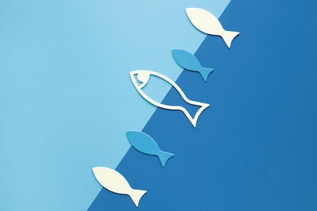 Połóż płasko papierową rybę