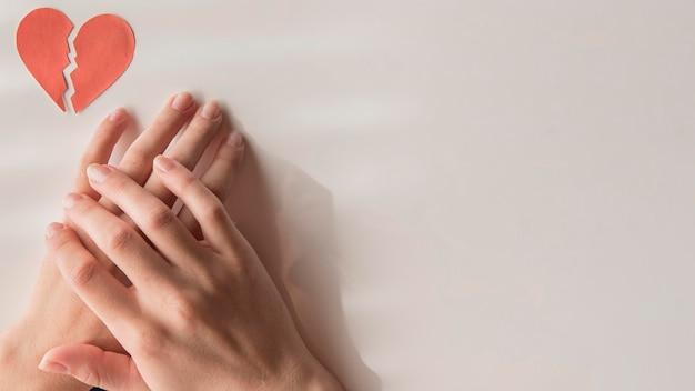 Połóż płasko ręce ze złamanym sercem