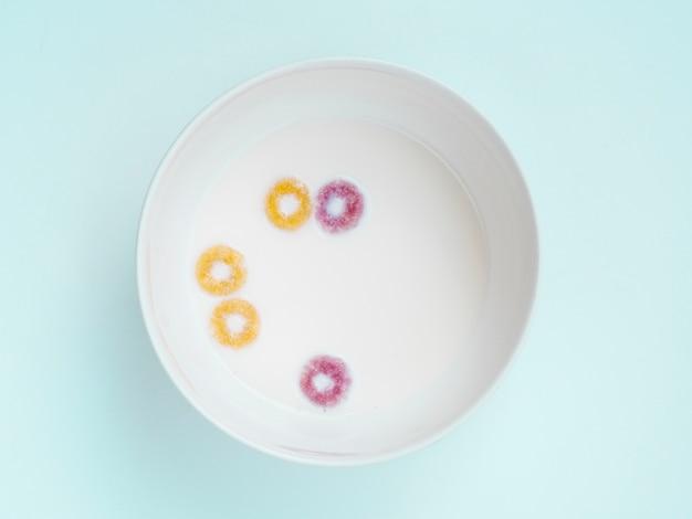 Połóż płasko szklankę mleka i kilka pętli owocowych