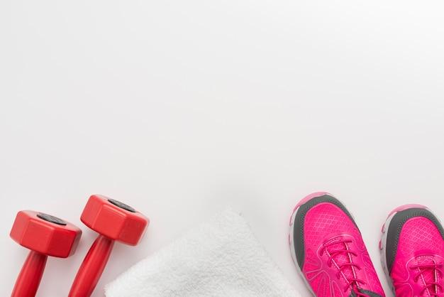 Połóż płasko trampki z ręcznikiem i ciężarkami