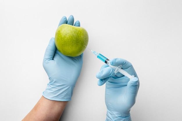 Połóż płasko zielone jabłko i strzykawkę