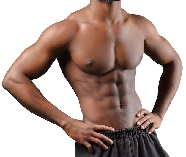 Półpostać muskularny afrykański mężczyzna odizolowywający na bielu