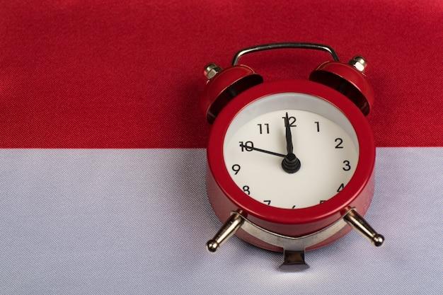 Polska flaga i vintage budzik na bliska.