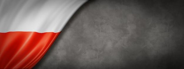 Polska flaga na banerze betonowej ściany