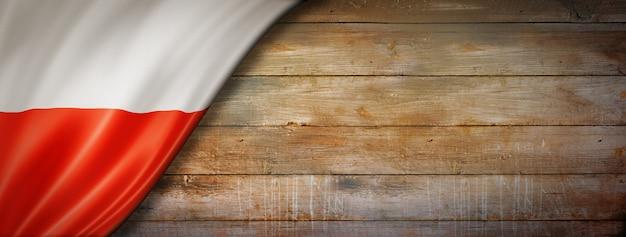 Polska flaga na ścianie rocznika drewna. pozioma panorama.