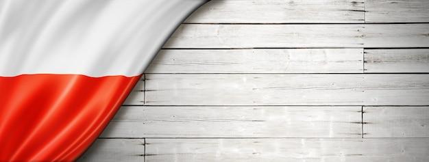 Polska Flaga Na Starej Białej ścianie. Poziomy Baner Panoramiczny. Premium Zdjęcia