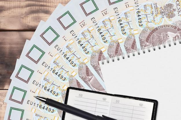 Polskie złote rachunki na drewnianym stole
