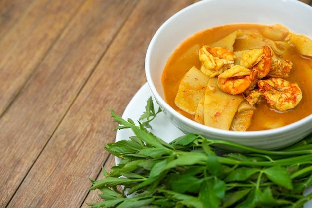 Południowe pikantne żółte tajskie curry
