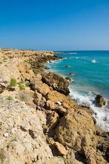 Południowe wybrzeże z wieloma skałami