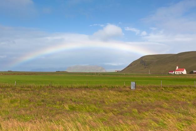 Południowo islandzki krajobraz z tęczą