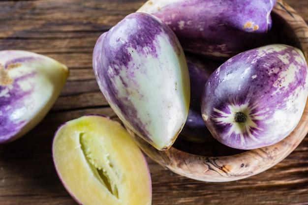 Południowoamerykański słodki ogórek owocowy. pepino dulce lub pepino melon