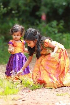 Południowoindyjska dziewczyna dzieci ubrana w piękną tradycyjną sukienkę z długą spódnicą i bluzką