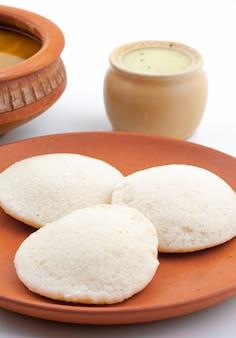 Południowoindyjskie popularne śniadanie idli, sambar i coconut chutney