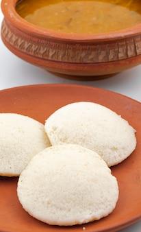 Południowoindyjskie śniadanie idli lub sambar
