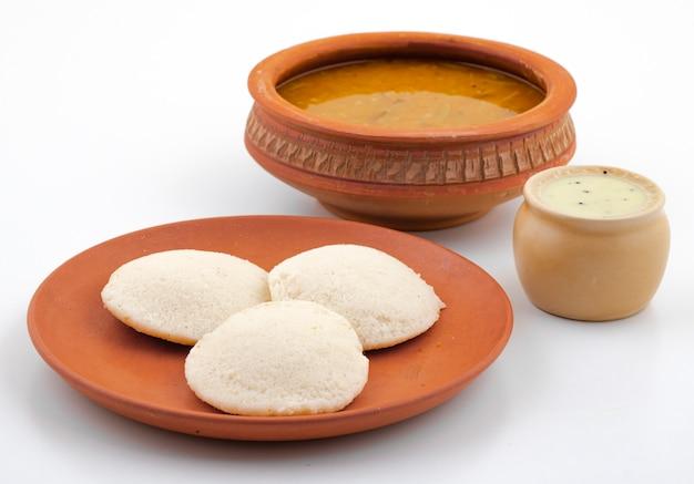 Południowoindyjskie śniadanie idli, sambar lub coconut chutney