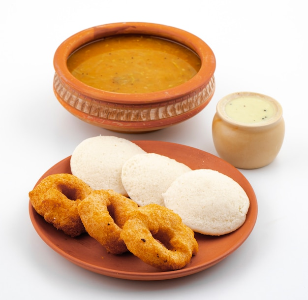 Południowoindyjskie śniadanie popularne idli, vada, sambar lub chutney