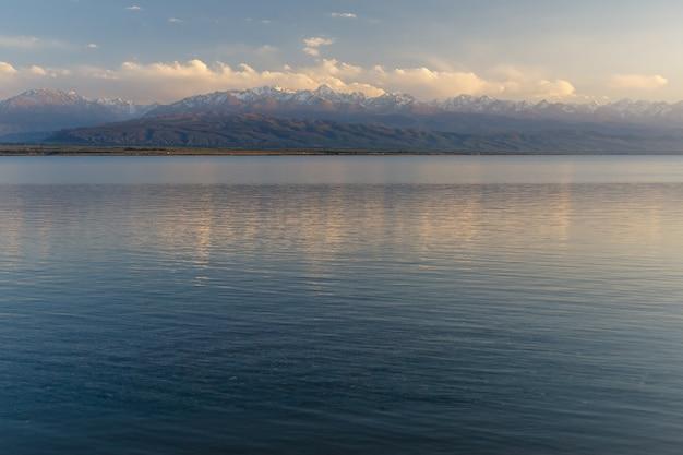 Południowy brzeg jeziora issyk-kul w kirgistanie