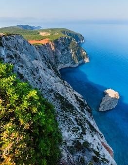 Południowy przylądek wyspy lefkas i latarnia morska (lefkada, grecja, morze jońskie). widok z góry.
