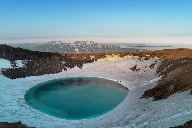 Półwysep kamczatka, rosja. jezioro w kraterze wulkanu mutnowskiego.