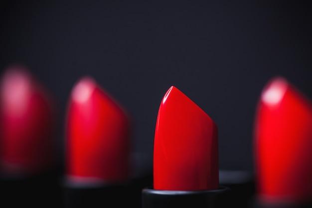 Pomadka. koncepcja makijażu. moda kolorowa. profesjonalny makijaż i uroda. piękny makijaż.