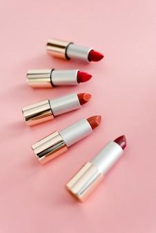 Pomadki w różnych odcieniach różu i czerwieni. copyspace, widok z góry